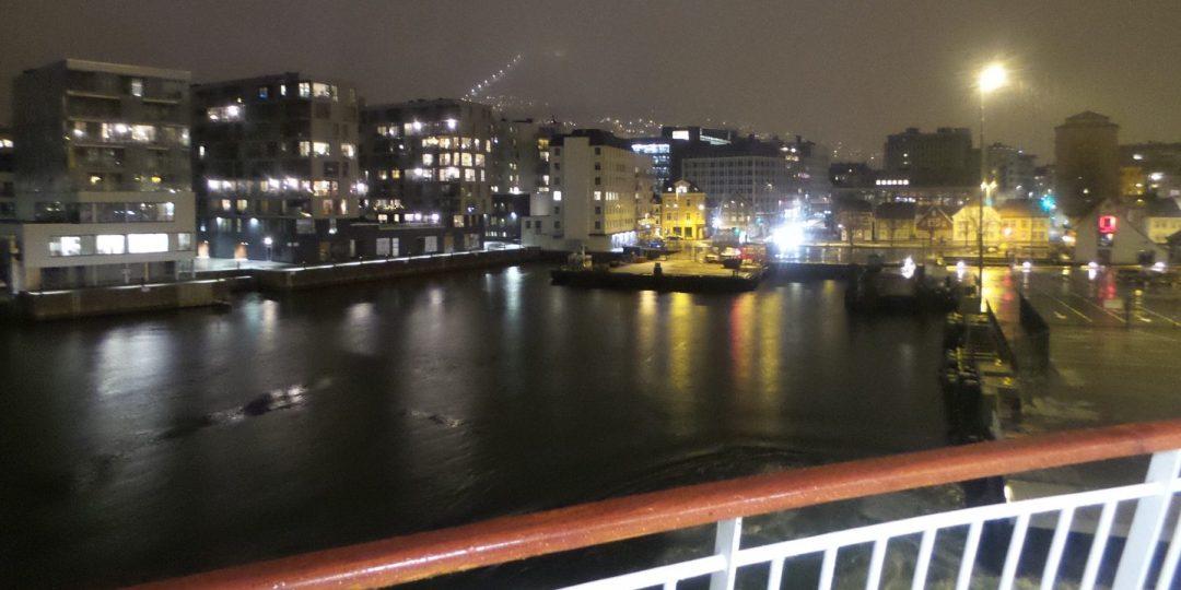 Zarpando de Bergen bajo la lluvia