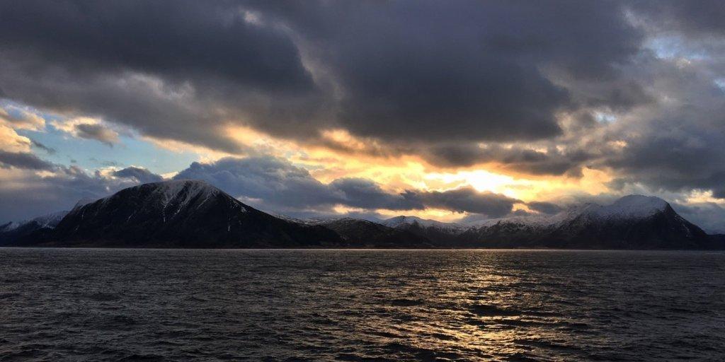 Sol y nubes sobre Gurskøy
