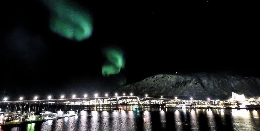 Aurora boreal sobre el Tromsøbrua