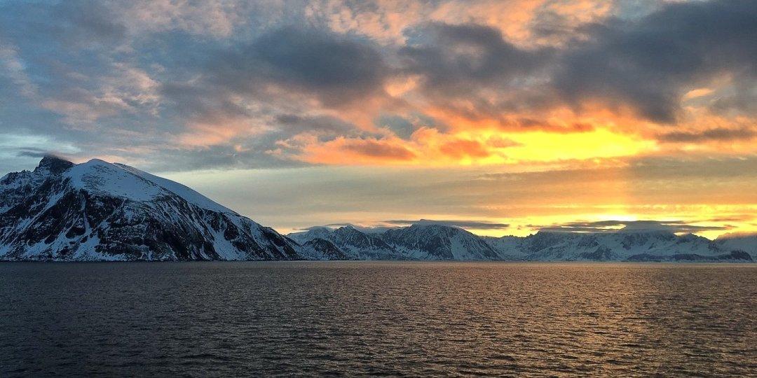 Puesta de sol en Sørøysundet