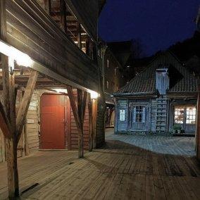 Bellgården de noche