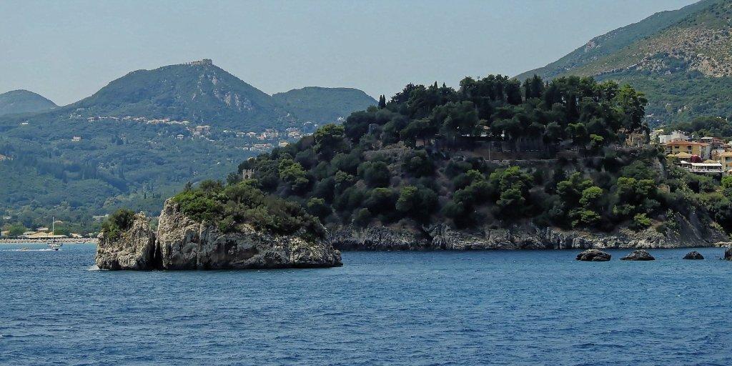 Los dos castillos de Parga desde el mar