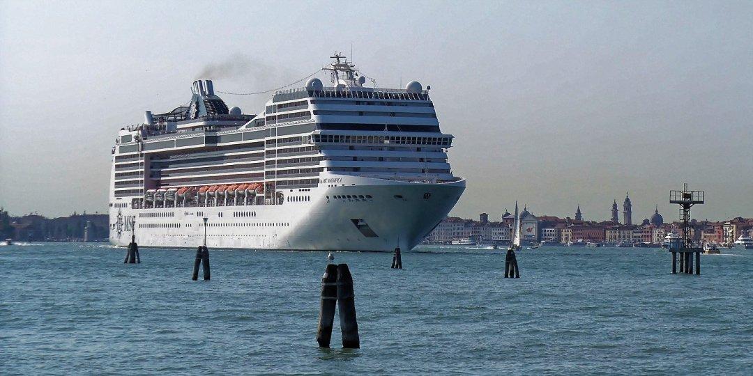 El MSC Magnifica zarpando de Venecia