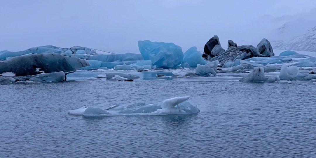 Diversos icebergs en Jökulsárlón