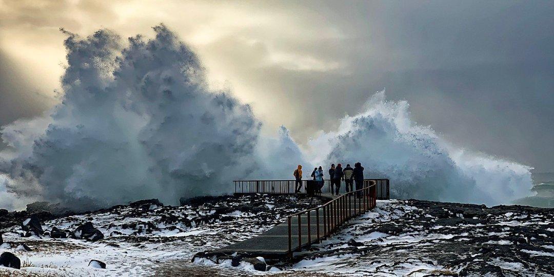 Gran ola rompiendo en Brimketill