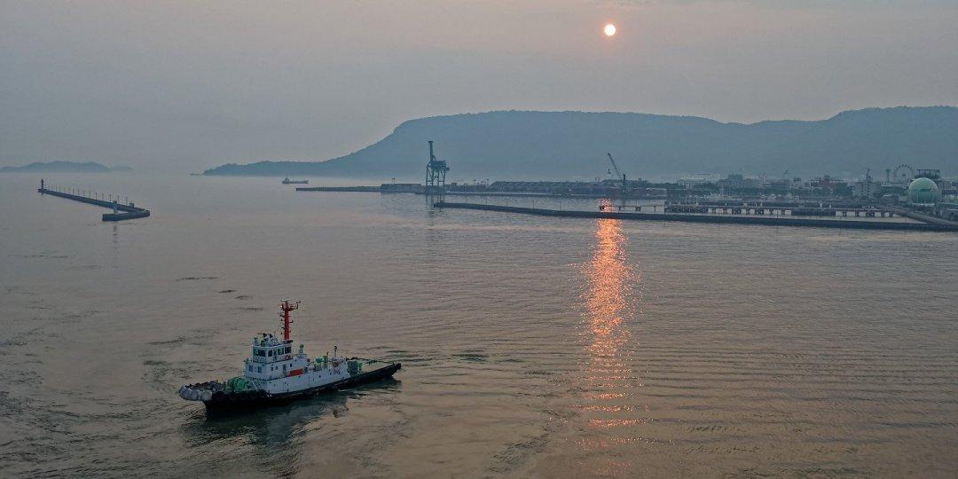 Amanecer en el puerto de Takamatsu