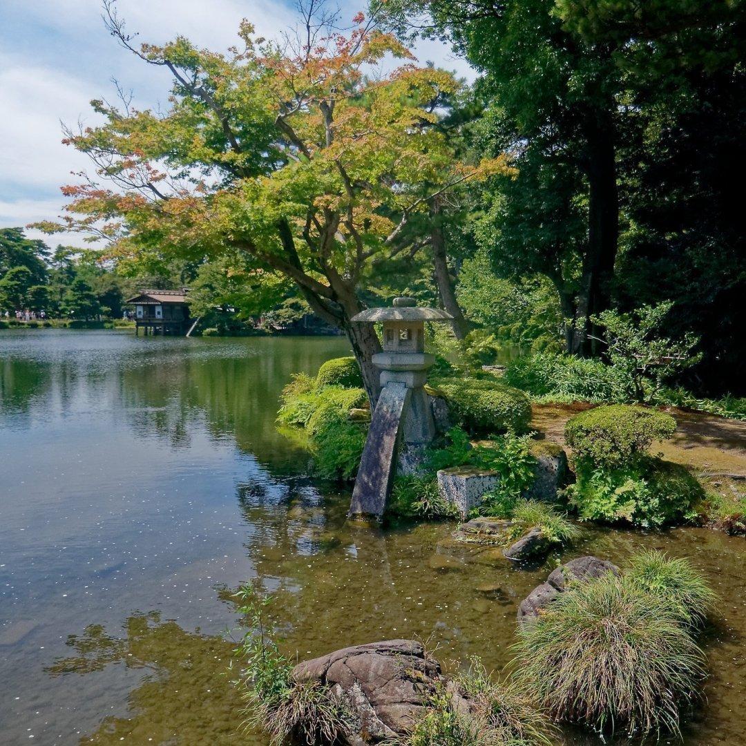 Kotoji y Uchihasi-tei en el estanque Kasumiga-ike
