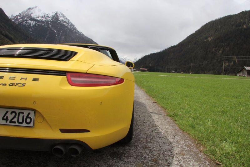 Porsche 911 GTS Blick auf die Straße