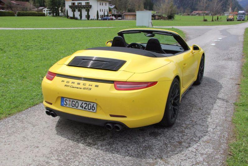 Porsche 911 GTS Cabrio Heck Wiese