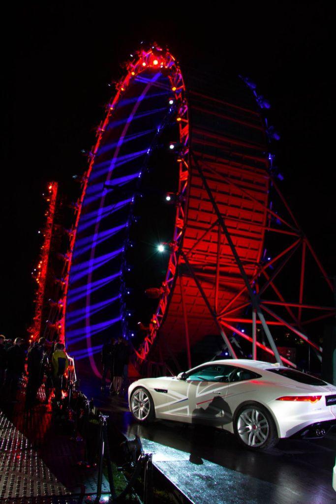 Jaguar F-Pace 2015 Looping F-Type