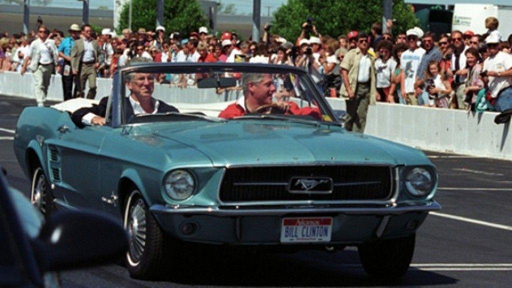 Bill Clinton und sein Ford Mustang Cabrio von 1976