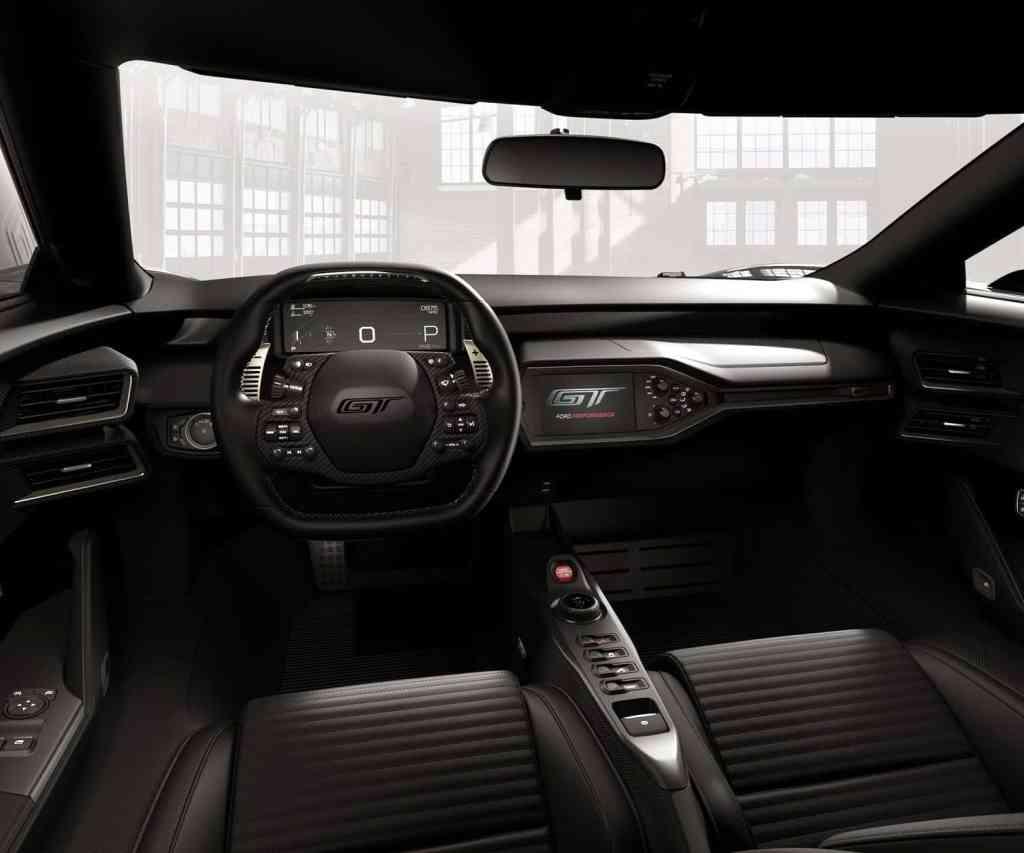 """Ford GT: Sondermodell '66 Heritage Edition erinnert an das legendäre Le Mans-Siegerauto von 1966 / Im Interieur zeugen insbesondere die Sportsitze aus Kohlefaser von der außergewöhnlichen Klasse des Ford GT '66 Heritage. Sie wurden speziell gepolstert und mit fein verarbeitetem Ebony-Leder überzogen. Zum exklusiven Erscheinungsbild tragen auch die auf den Kopfstützen und auf dem Lenkrad eingeprägten Ford GT-Logos bei. Der Armaturenträger und der Dachhimmel verwöhnen ebenfalls mit feinstem Ebony-Leder. Das außergewöhnliche Ambiente steigern goldfarbig abgesetzte Applikationen für den Instrumententräger und die Schaltwippen. Wie beim 1966er Rennauto erhält das Lenkrad einen Lederbezug, während die Sicherheitsgurte ganz klassisch aus blauem Fasermaterial bestehen. Weiterer Text über ots und www.presseportal.de/nr/6955 / Die Verwendung dieses Bildes ist für redaktionelle Zwecke honorarfrei. Veröffentlichung bitte unter Quellenangabe: """"obs/Ford-Werke GmbH"""""""