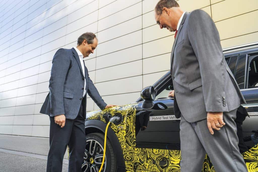 MINI Markenchef Sebastian Mackensen und MINI Baureihenleiter Peter Wolf auf Erprobungsfahrt im ersten Plug-in-Hybrid-Modell der britischen Premium-Marke