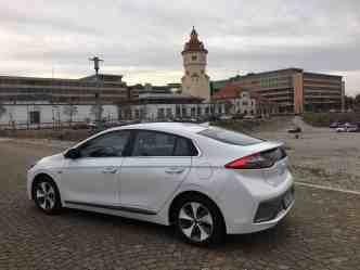 Hyundai IONIQ mit Elektroantrieb Seitenansicht