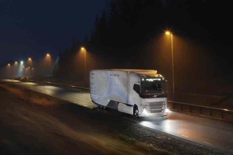 Volvo erprobt ersten Hybrid-Lkw für den Fernverkehr