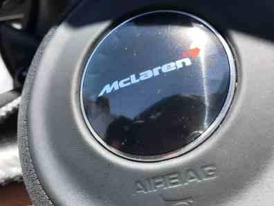 McLaren 720S Logo im Lenkrad