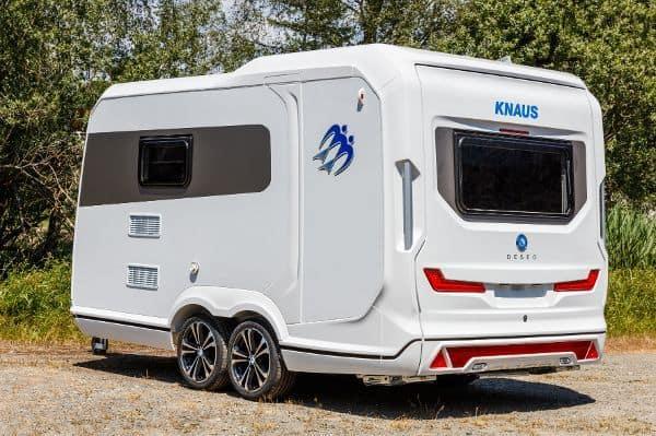 Der Wohn-Nutz-Anhänger Deseo von Knaus kann zwei Motorräder transportieren und bietet obendrein Küche, Bad, Essecke und zwei Schlafplätze.
