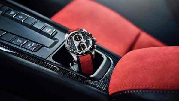 Porsche 911 GT2 RS, Uhr