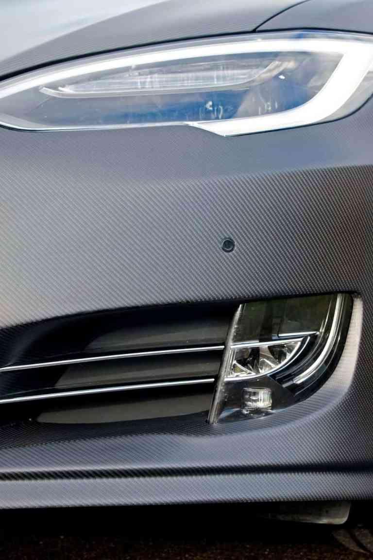 Ein Tesla Model S im Carbon-Kleid