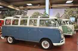 """Dauerausstellung """"Bulli Klassik Tour"""": Zwei VW T1 Sambabus (beide Baujahr 1963)."""
