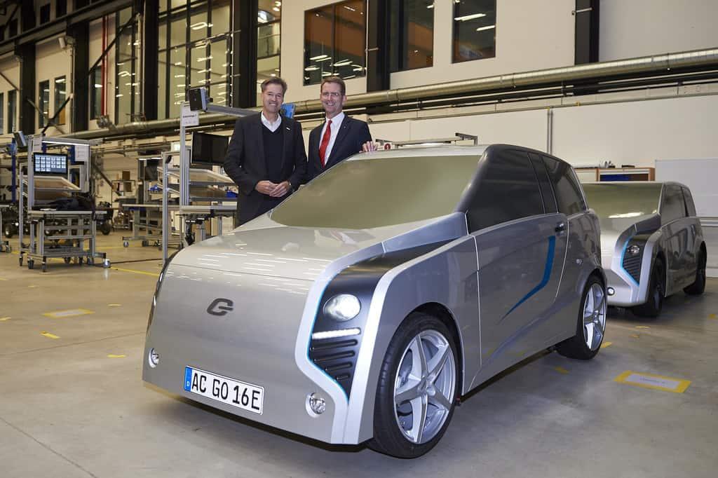 Dr. Markus Heyn (l.), Geschäftsführer der Robert Bosch GmbH, und Prof. Günther Schuh, CEO der E.Go Mobile AG, vor dem Design-Prototyp des Life.