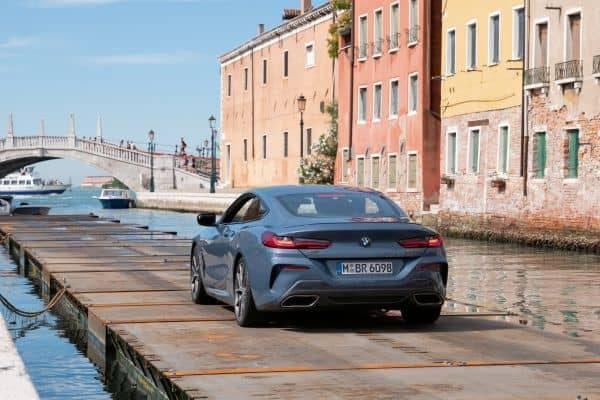 Mit dem neuen BMW 8er Coupé auf dem Canal Grande in Venedig