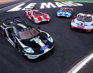 Ford mit Rennwagen in historischen Farben beim 24 Stunden von Le Mans