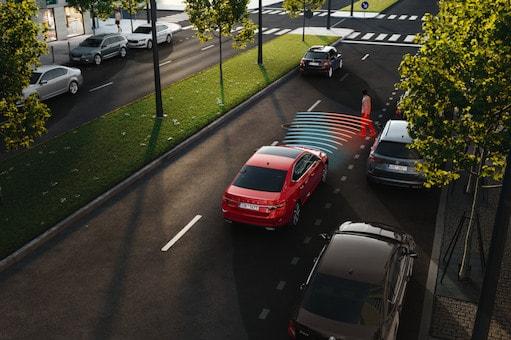 Der Frontradarassistent mit vorausschauendem Fußgängerschutz warnt den Fahrer optisch, akustisch und mithilfe einer leichten Betätigung der Bremse vor einer möglichen Kollision. Bei Bedarf leitet er automatisch eine Notbremsung ein.