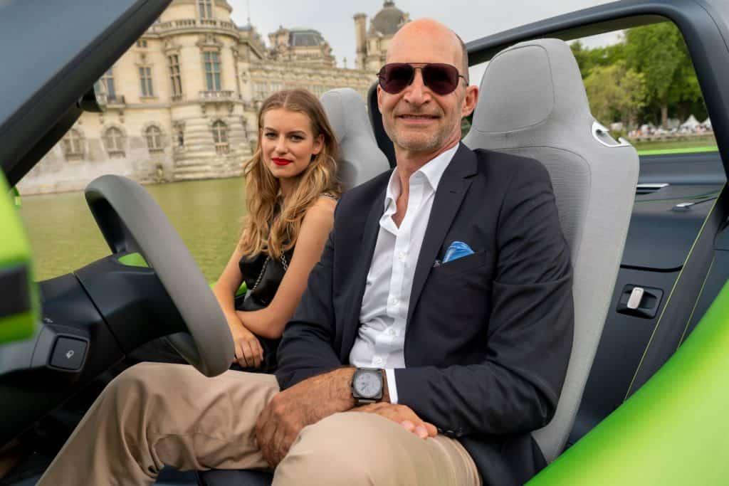 VW-Chefdesigner Klaus Bischoff mit Model Charlotte