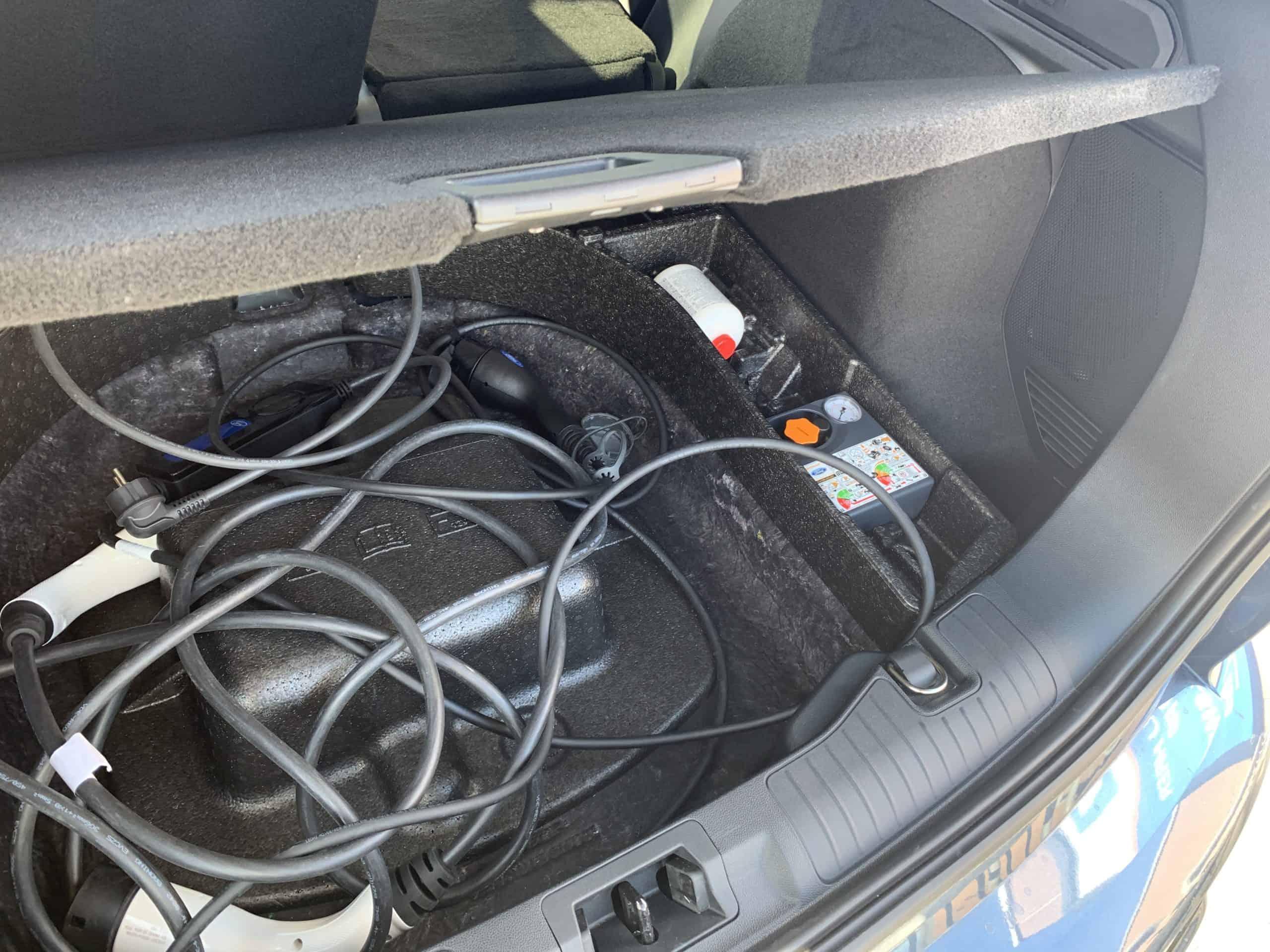 Ford Kuga mit Plug-in Hybrid-Antrieb (2020) -  Zukunftstauglichkeit eingebaut, Ladekabel