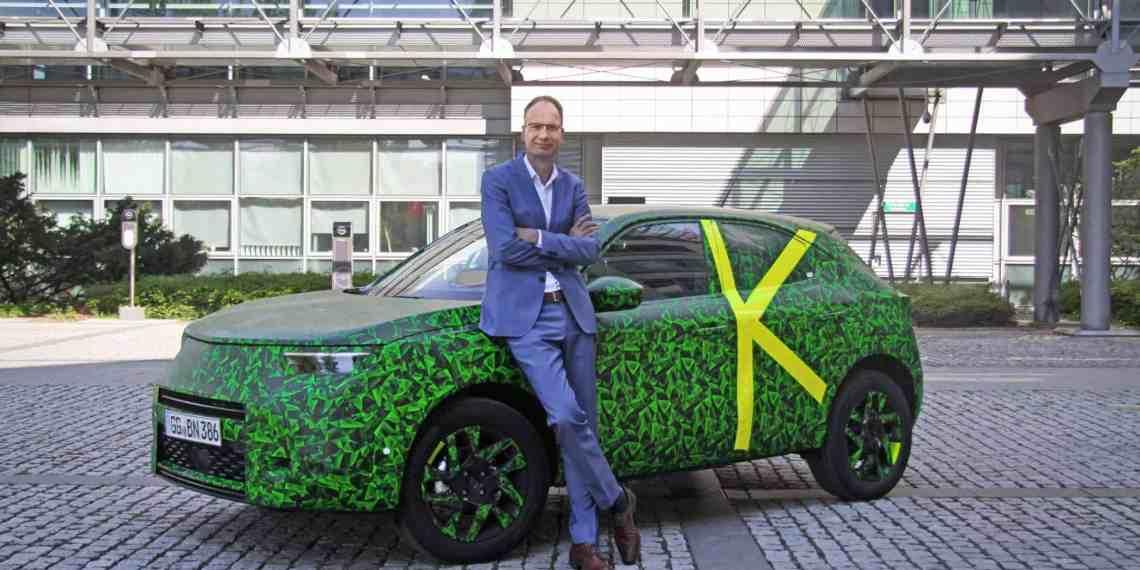 Michael-Lohscheller-mit-dem-neuen-Opel-Mokka-