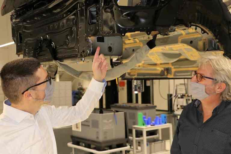 Beim ersten Fertigungsschruitt erhält jeder Audi einen Chip, der mit Hilfe eines Lesegrätes die durchgängige Identifikation des Fahrzeugs ermöglicht.