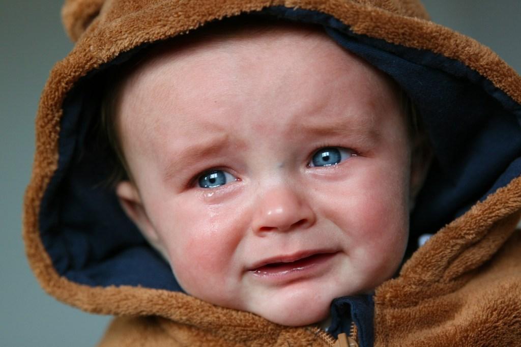 Der vier Monate alte Michael schaut seiner drei Jahre alten Schwester beim Schlagen zu. Sie schlägt Schlagrahm. Und weil Michael mit seinen Ärmchen noch gar nichts auf die Reihe kriegt, weint er wie ein dickes Kind, das 20 Rappen zu wenig für ein Stück Kuchen hat. Werd erwachsen, Michael!