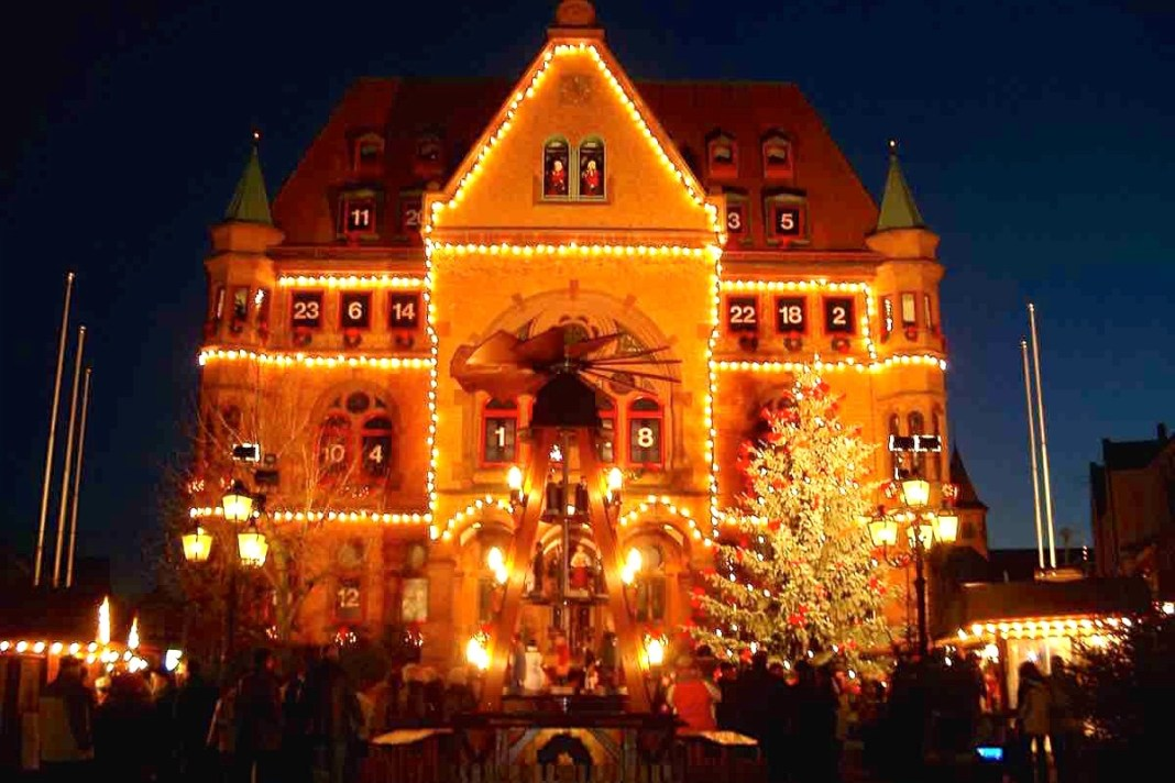 出典: | Wikipedia CC BY-SA 3.0 | https://upload.wikimedia.org/wikipedia/commons/0/05/Rathaus_H%C3%BCnfeld_Adventskalender.JPG