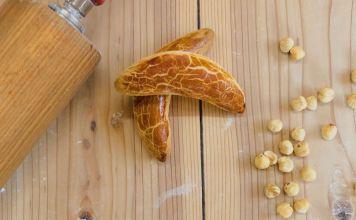 ヌスボイゲル; ヘーゼルナッツのフィリングを詰めた独逸系中華饅頭といった趣; 出典: © kyoto-brot.com