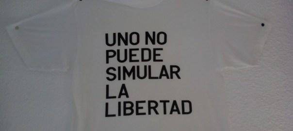 En la camiseta se lee: Uno no puede simular la libertad