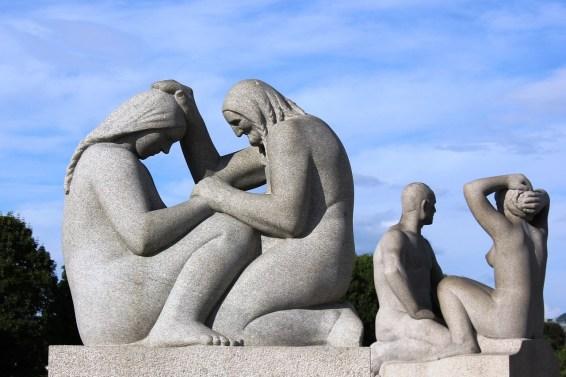 Estatua de un hombre y una mujer ayudándose