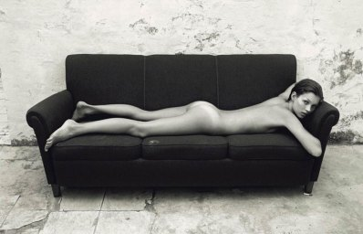 Posando desnuda en un sillón