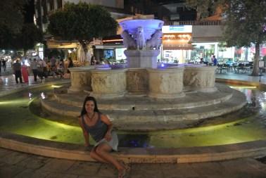 Ana en la Plaza de los leones en Heraklion