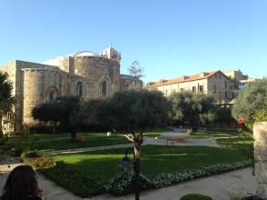 Vista de los jardines y alrededores de la Iglesia de San Juan