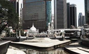 De moskee midden tussen de wolkenkrabbers.