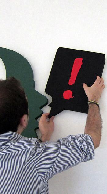 DeRev Roberto Esposito posiziona il logo della startup di crowdfunding social media e strategia digitale