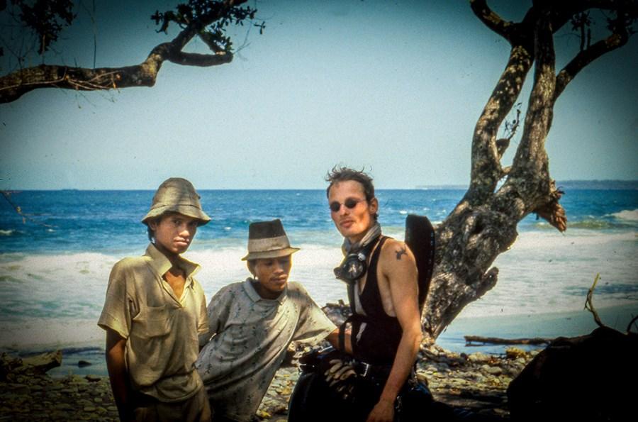 2 junge Indoniesier und ein Europäer am Strand