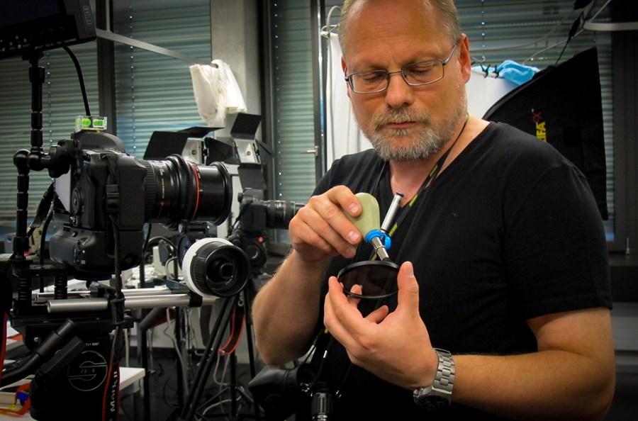 Thomas Koch am Filmset: Filter reinigen