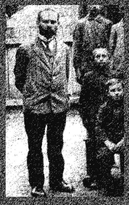 Schulrektor Hermann Lemke mit Kindern