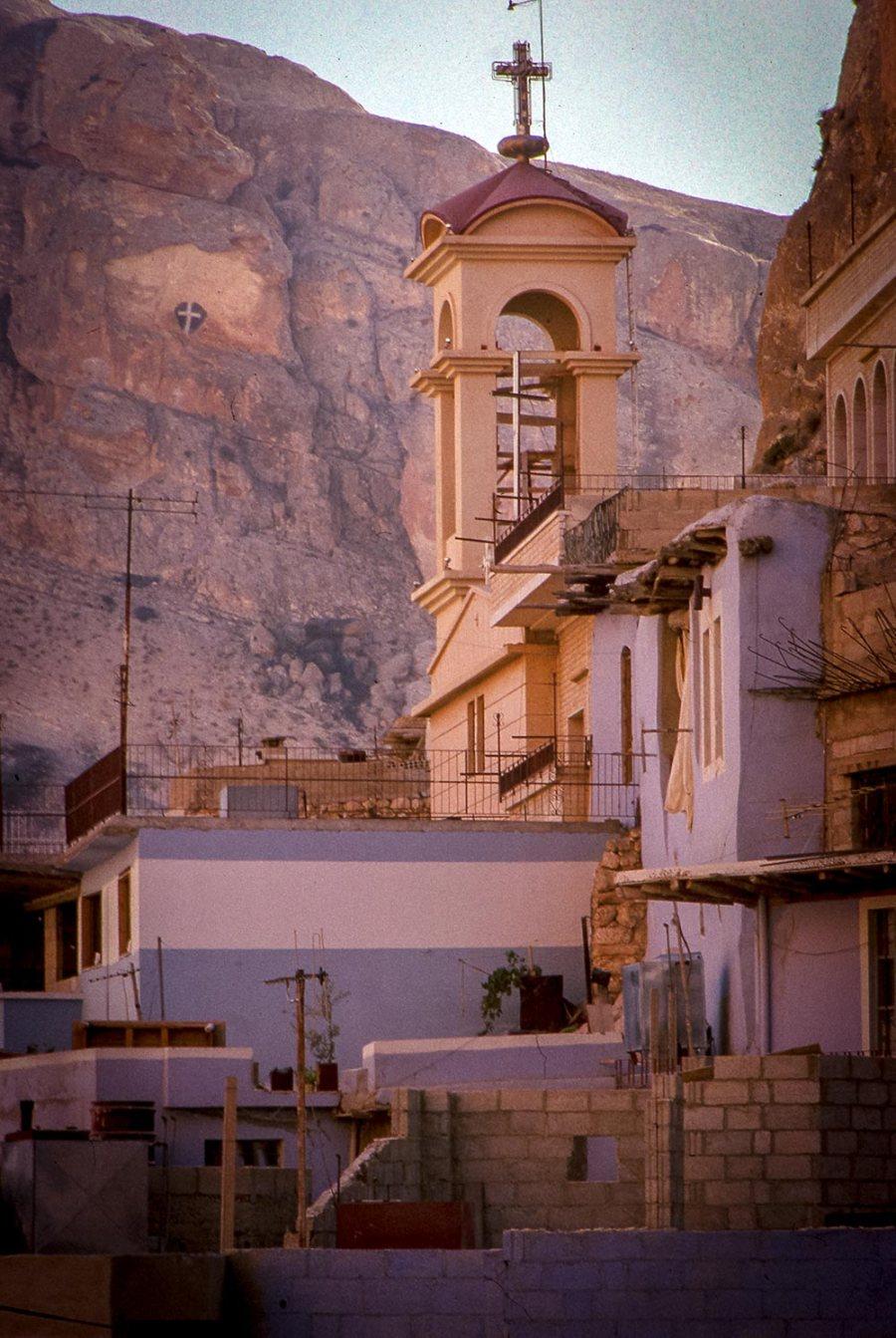 Malula: Kirche, Felsen