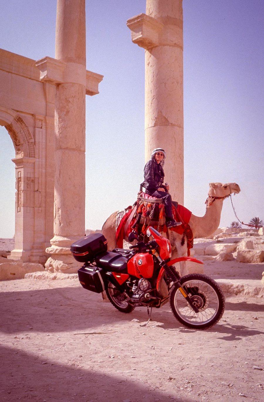 Motorrad BMW R80GS, Tourist mit arabischer Kopfbedeckung sitzt auf einem Kamel