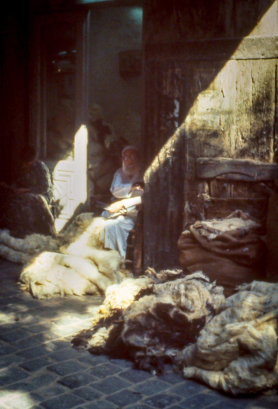 Händler mit Schafswolle im Basar