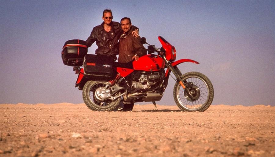 Zwei Freunde in der Wüste, rotes Motorrad BMW R80GS