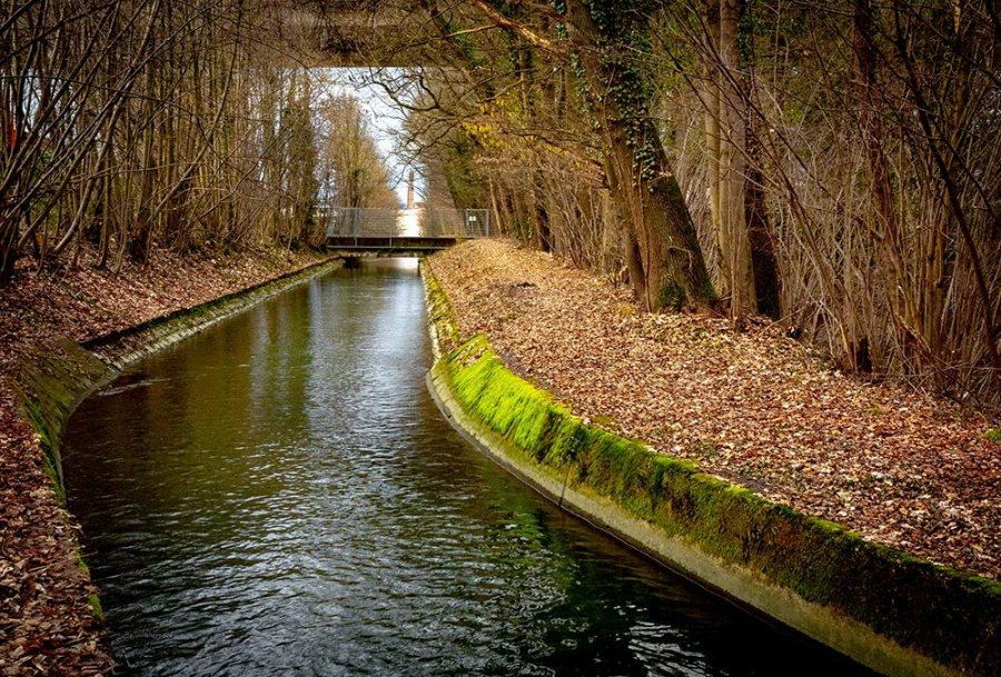 Der aabach verläuft hier gerade in einem betonierten Flussbett.